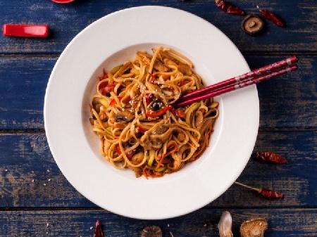 Пилешки жулиени по китайски с нудълс, гъби, зеле, моркови, соев сос, кетчуп и нишесте - снимка на рецептата